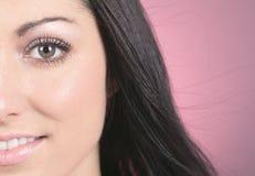 Modelo de moda Girl Portrait sobre fondo rosado Imagen de archivo