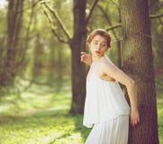 Modelo de moda hermoso en el vestido blanco que se coloca al aire libre fotografía de archivo libre de regalías