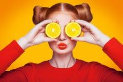 Modelo de moda hermoso joven con el limón Tiro del estudio Fotografía de archivo