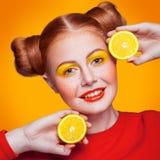 Modelo de moda hermoso joven con el limón Tiro del estudio Fotografía de archivo libre de regalías