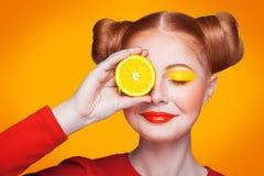 Modelo de moda hermoso joven con el limón Tiro del estudio Imagen de archivo libre de regalías