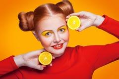 Modelo de moda hermoso joven con el limón Tiro del estudio Foto de archivo