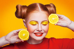 Modelo de moda hermoso joven con el limón Tiro del estudio Foto de archivo libre de regalías