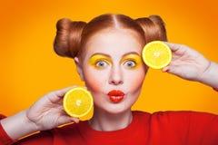 Modelo de moda hermoso joven con el limón Tiro del estudio Imagen de archivo