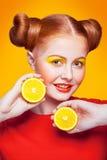 Modelo de moda hermoso joven con el limón Tiro del estudio Fotos de archivo libres de regalías