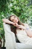 Modelo de moda hermoso de la mujer Wearing White Dress en licencia verde Imagen de archivo