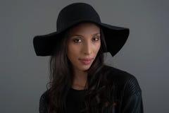 Modelo de moda hispánico que presenta en el estudio Ciérrese encima del retrato Imagen de archivo libre de regalías