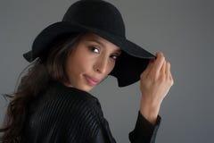 Modelo de moda hispánico que presenta en el estudio Ciérrese encima del retrato Imagen de archivo