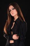 Modelo de moda joven atractivo que presenta en camisa negra Fotos de archivo