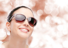 Modelo de moda joven con las gafas de sol Fotos de archivo