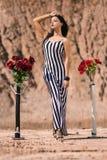 Modelo de moda joven hermoso que presenta en las rocas Imágenes de archivo libres de regalías