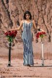 Modelo de moda joven hermoso que presenta en las rocas Fotografía de archivo libre de regalías