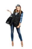 Modelo de moda joven que sostiene el teléfono móvil que busca algo en el piso Fotografía de archivo libre de regalías