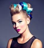 Modelo de moda de la belleza Girl con el pelo creativo foto de archivo