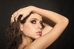 Modelo de moda de la belleza Girl Mirada de la manera Caras de la mujer Foto de la manera Artista de maquillaje con el lápiz labi foto de archivo