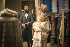 Modelo de moda de la belleza Girl Mirada de la manera mujer sensual en abrigo de pieles con el hombre fotografía de archivo