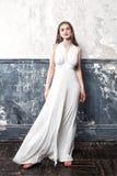 Modelo de moda de la mujer joven Wearing White Dress Fotografía de archivo libre de regalías