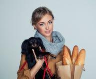 Modelo de moda lindo de la muchacha Hugging Puppy fotos de archivo libres de regalías