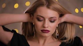 Modelo de moda magnífico con el pelo hermoso que presenta, cámara lenta, fondo amarillo del bokeh almacen de video