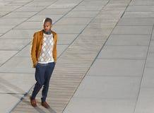 Modelo de moda masculino afroamericano que camina al aire libre Fotos de archivo libres de regalías