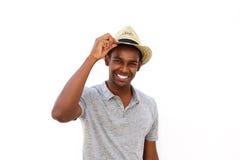 Modelo de moda masculino afroamericano que sonríe con el sombrero Imagenes de archivo