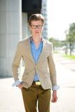 Modelo de moda masculino con los vidrios Imagenes de archivo