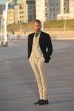 Modelo de moda masculino en la ropa de moda que se coloca al aire libre Imagen de archivo