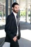 Modelo de moda masculino fresco que camina en la ciudad Imagen de archivo libre de regalías