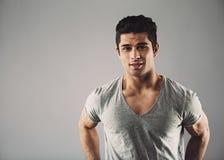 Modelo de moda masculino hispánico joven confiado Fotografía de archivo libre de regalías