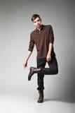 Modelo de moda masculino joven que presenta en equipo casual Imagen de archivo