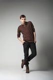 Modelo de moda masculino joven que presenta en equipo casual Fotografía de archivo