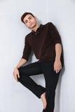 Modelo de moda masculino joven que presenta en equipo casual Imagenes de archivo