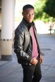 Modelo de moda masculino negro que presenta en la chaqueta de cuero Imágenes de archivo libres de regalías