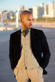 Modelo de moda masculino que presenta al aire libre Imagen de archivo
