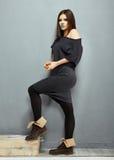 Modelo de moda negro del vestido que presenta en estudio Imagen de archivo
