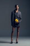 Modelo de moda negro que lleva el guardarropa elegante Imagenes de archivo