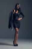 Modelo de moda negro que lleva el guardarropa elegante Fotografía de archivo libre de regalías