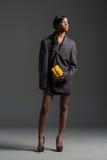 Modelo de moda negro que lleva el guardarropa elegante Fotografía de archivo