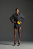 Modelo de moda negro que lleva el guardarropa elegante Imagen de archivo libre de regalías