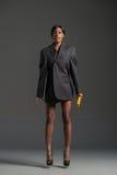 Modelo de moda negro que lleva el guardarropa elegante Fotos de archivo libres de regalías