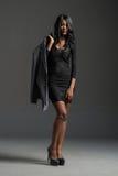 Modelo de moda negro que lleva el guardarropa elegante Foto de archivo