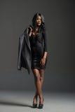 Modelo de moda negro que lleva el guardarropa elegante Imágenes de archivo libres de regalías