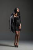 Modelo de moda negro que lleva el guardarropa elegante Imagen de archivo