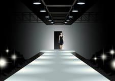Modelo de moda que camina abajo de la prolongación del andén Foto de archivo libre de regalías