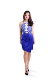 Modelo de moda que camina en vestido azul Foto de archivo libre de regalías