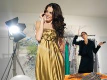 Modelo de moda que piensa qué vestirse Imagen de archivo libre de regalías