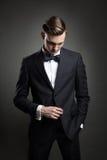 Modelo de moda que presenta con el traje de negocios foto de archivo