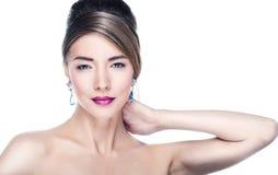 Modelo de moda que presenta en joyería exclusiva Fotografía de archivo libre de regalías