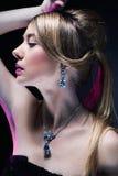 Modelo de moda que presenta en joyería exclusiva Foto de archivo libre de regalías