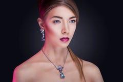 Modelo de moda que presenta en joyería exclusiva Fotos de archivo